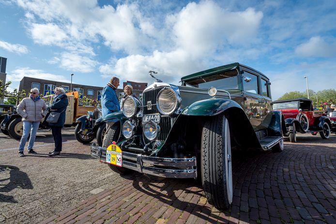 De tour zorgt altijd voor veel bekijks. Autoliefhebbers komen graag even kijken naar de ronkende oldtimers.