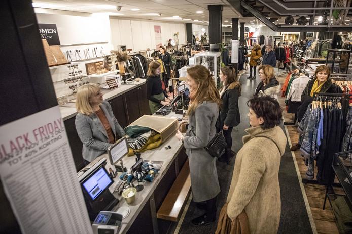 Black Friday, drukte in het centrum van Enschede, ook bij modezaak Pico Women aan De Heurne.