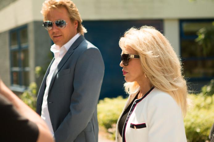 Patricia Paay met haar partner Robbert Hinfelaar op weg naar de rechtbank.