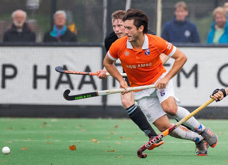 Arthur van Doren (Bloemendaal) en Seve van Ass (HGC) in actie tijdens de competitie hoofdklasse wedstrijd Bloemendaal-HGC (2-1). Beeld Koen Suyk
