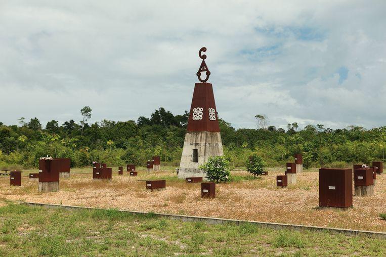 Het Moiwana Monument, ter nagedachtenis aan de onschuldige burgerslachtoffers in het dorp Moiwana. Door Marcel Pinas uit 2007.  Beeld Roy Tjin