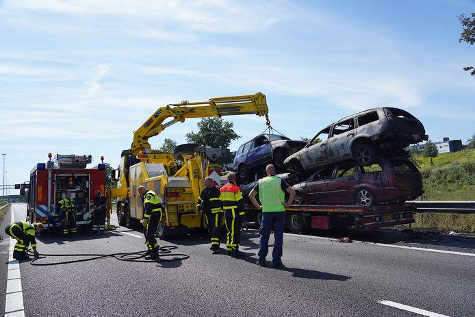 Brand in auto's op aanhanger vrachtwagen op A27 bij Oosterhout