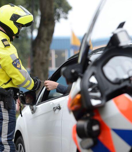 Politiehelm teruggevonden in bos na ontvreemding bij melding over geluidsoverlast in Dronten