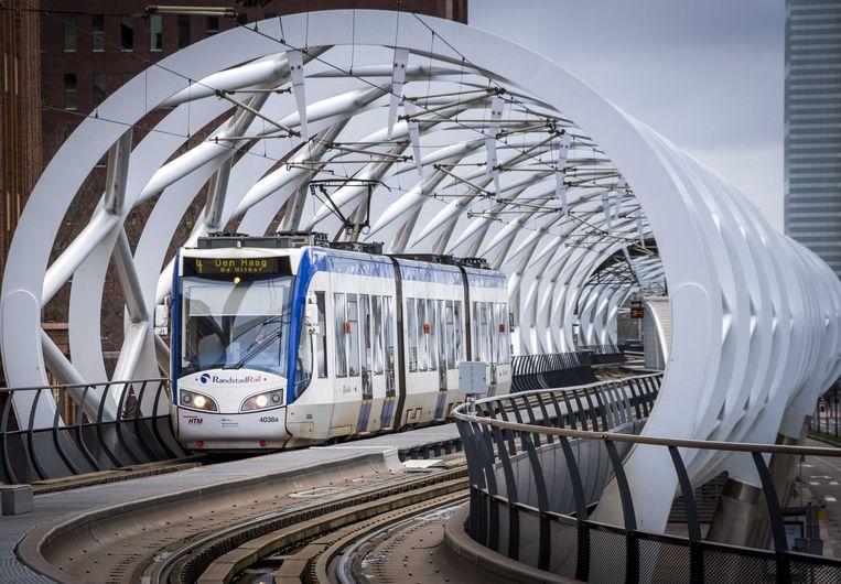 Een tram rijdt over het spoor van de Randstadrail. Beeld ANP XTRA