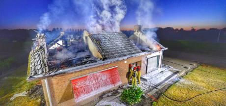 Krantenbezorger ontdekt brandend huis van vakantiegangers in Bergeijk; politie onderzoekt brandstichting