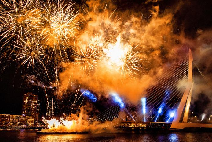Vuurwerkshow voor de Erasmusbrug in Rotterdam.