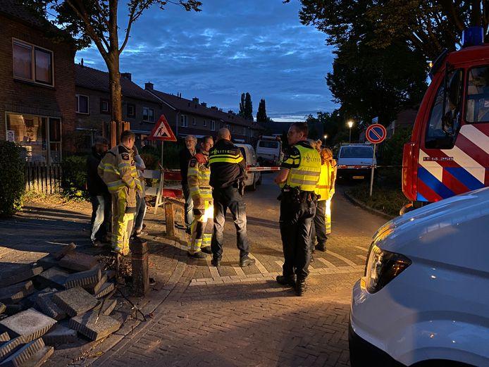 Op de Sleedoornstraat in Diepenveen is bij werkzaamheden aan de waterleiding een gasleiding geraakt.