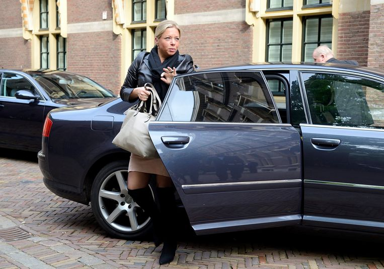 Voormalig-Minister van Defensie Jeanine Hennis-Plasschaert arriveert in haar Audi-dienstauto op het Binnenhof. Beeld ANP Lex van Lieshout