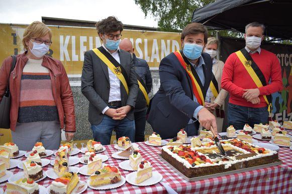 Honderd jaar Klein Rusland: Burgemeester Brent Meuleman snijdt de feesttaart aan.