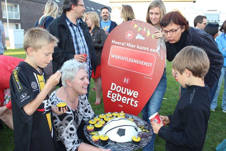 De bewoners van de Voetbalwijk vieren hun overwinning in stijl met een voetbaltaart en -gebakjes.
