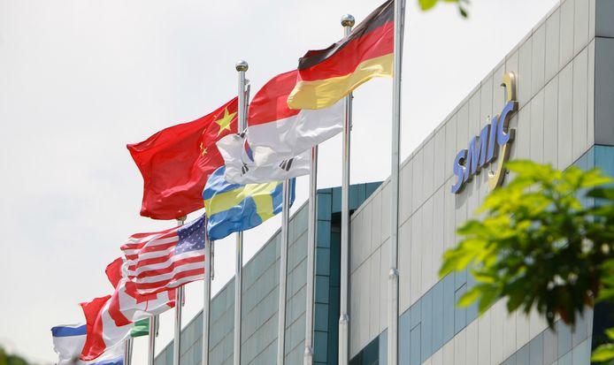 Met vlaggen voor het hoofdkantoor in Shanghai wil chipfabrikant SMIC zijn internationaal karakter benadrukken.