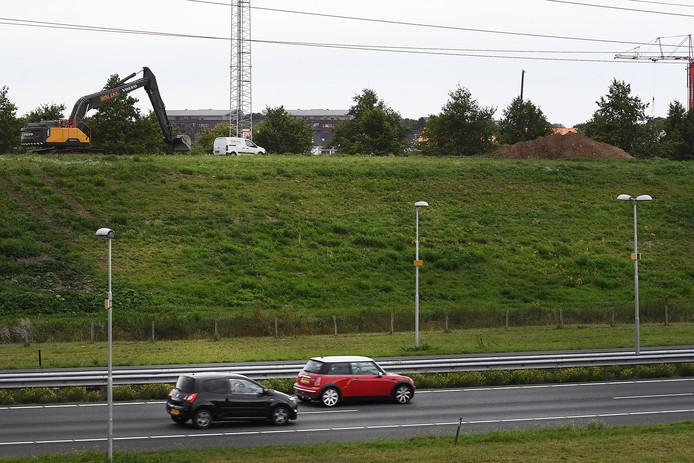 Vorig jaar is al begonnen met het ophogen van de geluidswal langs de A73 bij Cuijk.