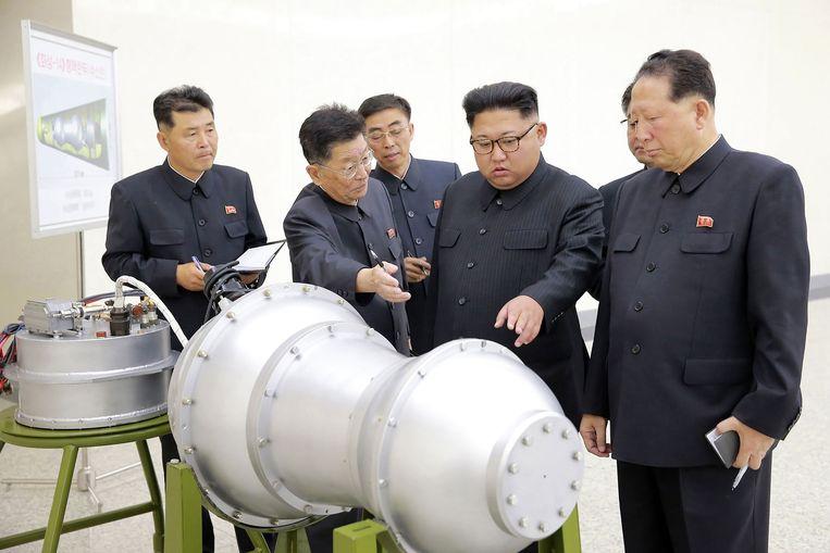Kim Jong-Un inspecteert de nieuwe waterstofbom op een onbekende locatie.