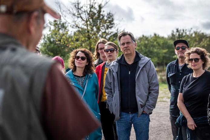 Bezoekers van Misty Fields komen op krachten voor de finale van het festival tijdens een wandeling.