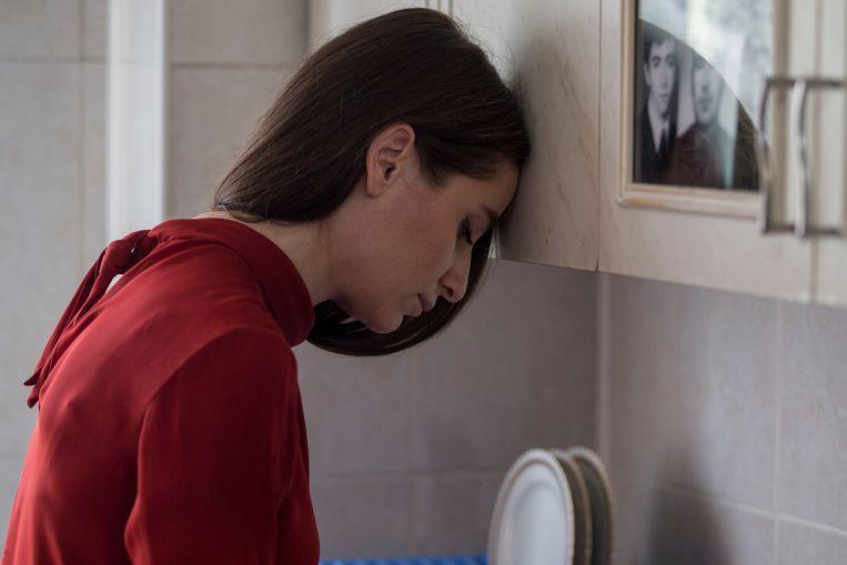 Dana (Judith State) denkt na over haar ongelukkige huwelijk met Andrei. Beeld