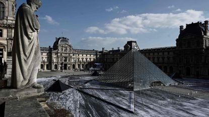 Indrukwekkende optische illusie: rijst het Louvre op uit gigantische krater?