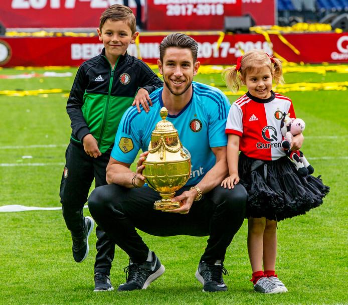 Brad Jones poseert met zijn kinderen na de winst van de KNVB-beker, naar nu blijkt zijn laatste officiële wapenfeit in het Feyenoord-shirt.