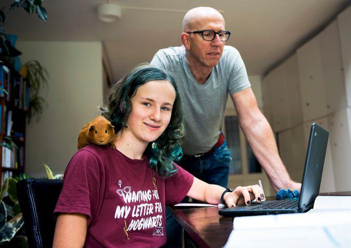 De 13-jarige Manon volgt preventief thuisonderwijs omdat vader Willem in de risicogroep zit.
