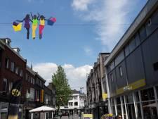 Zwierige dames shoppen hoog boven Nieuwstraat