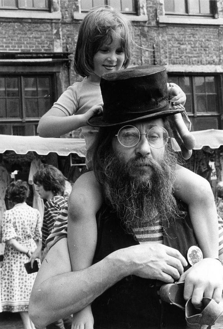 Walter De Buck op zijn Gentse Feesten, dochter Selien op de schouders.