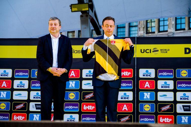 Van Campenhout samen met burgemeester Bart De Wever op het podium aan de start van de Ronde op de Grote Markt.