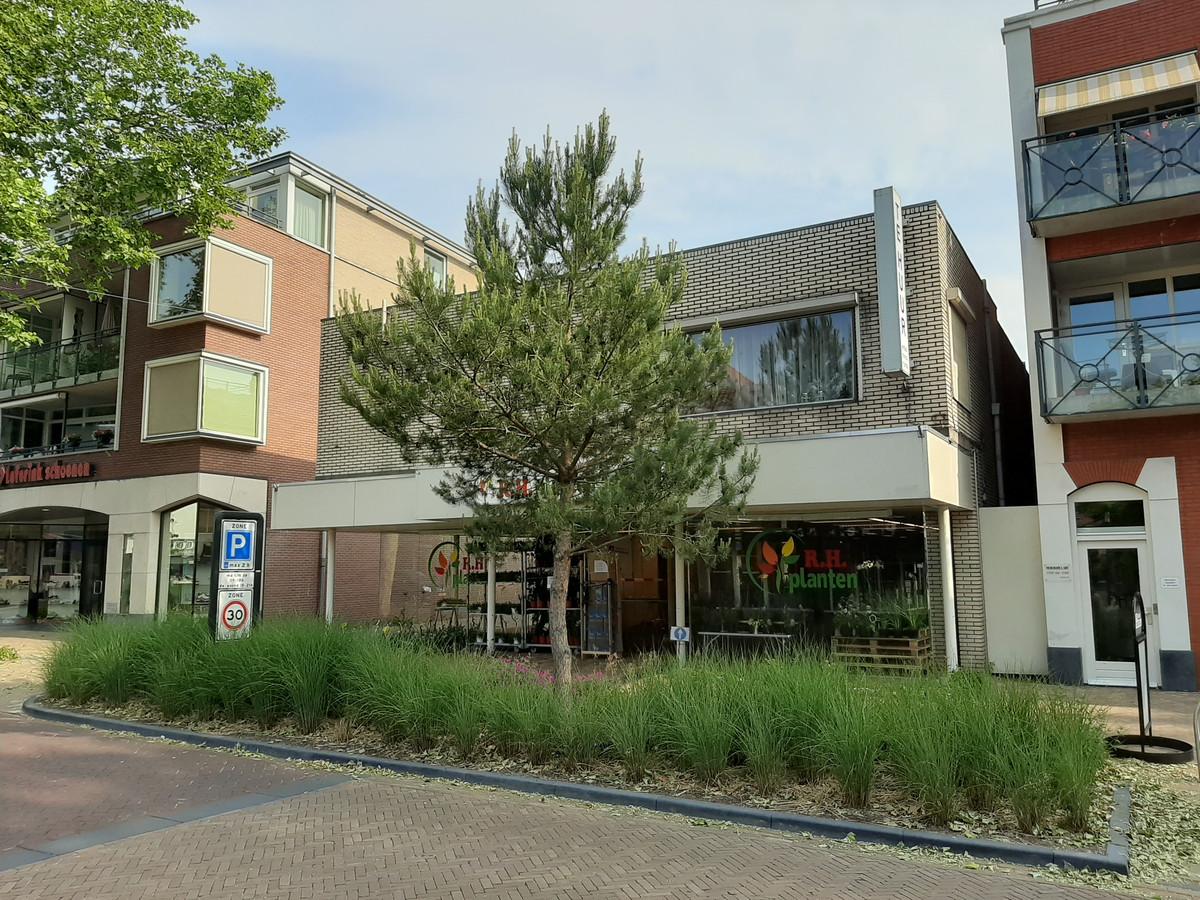 Als de Hellendoornse politiek het plan voor Grotestraat 180 afschiet, worden de winkel en de daarboven gelegen winkel alleen flink opgeknapt.