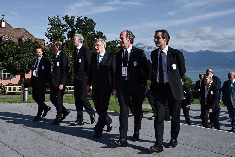 Voorzitter van het IOC Thomas Back (derde van rechts) ontvangt onder andere de burgemeesters van Cortina en Milaan in Lausanne, waar zal worden gestemd over de toewijzing van de Spelen van 2026. Beeld AFP