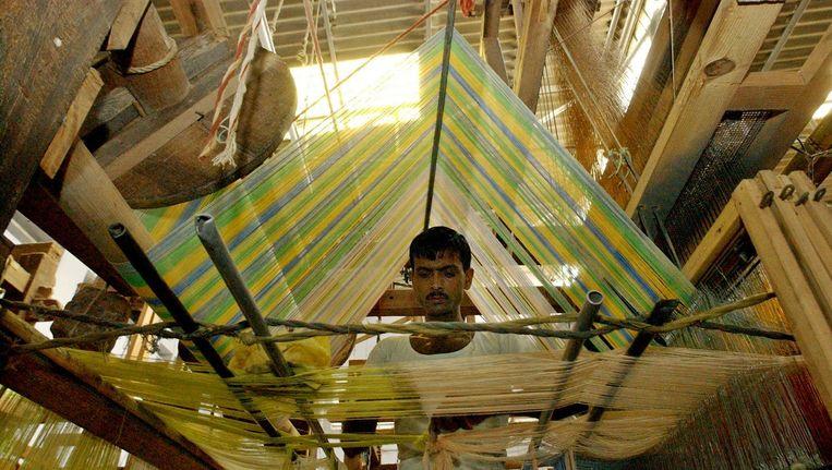 Een mannelijke textielarbeider in een fabriek in de Indiase stad Muradnagar. Beeld AFP