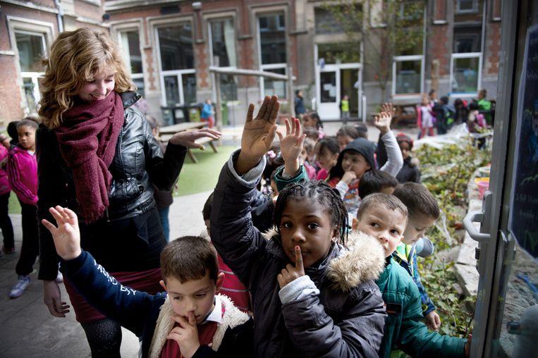 Alexandra de Waele (links) geeft les op de Antwerpse Omnimundo-school. Volgens de gewoonte moeten de kinderen zwijgen als ze de school binnengaan. Beeld An-Sofie Kesteleyn