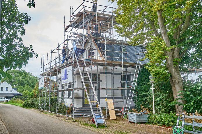 Het voormalige gemeentehuis in Maren Kessel wordt gerestaureerd.