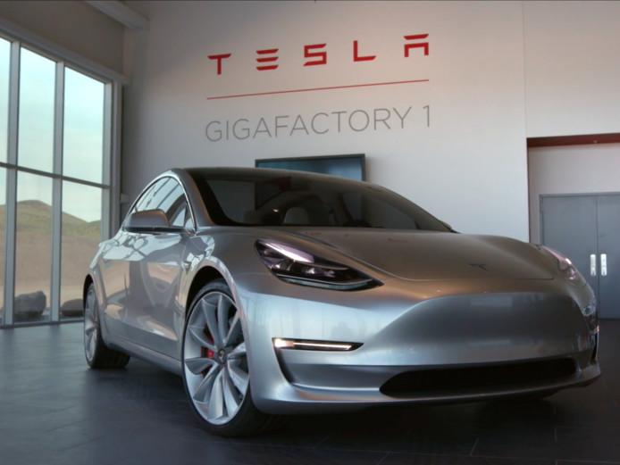 Elektrische auto's, zoals dit model van Tesla, zijn steeds meer in trek.