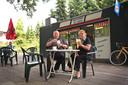 Archieffoto van Rienus Klaassen en Adrie Heeren voor hun cafetaria De Saks in Arnhem.