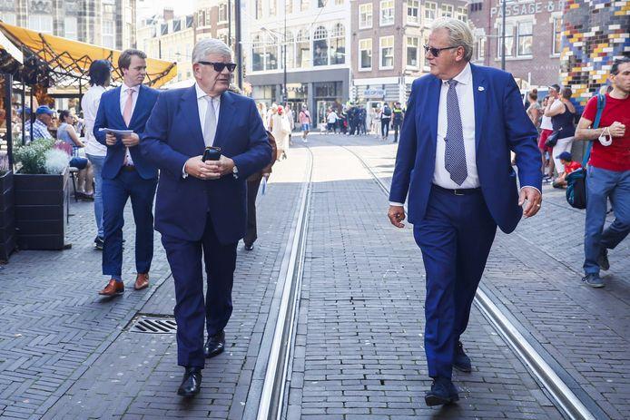 Burgemeester Jan van Zanen en Jaap Smit onderweg naar de Grote Kerk
