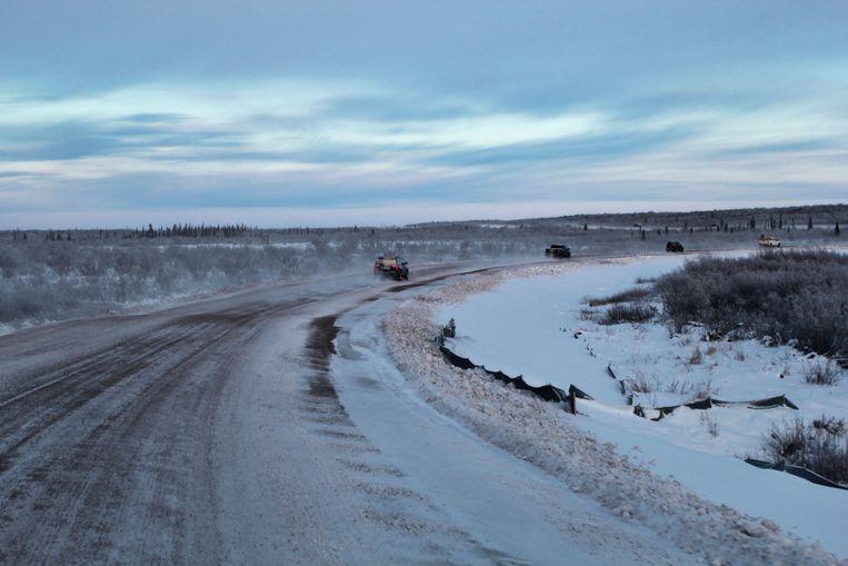 De Tuktoyaktuk-snelweg in Inuvik in het noorden van Canada is aangelegd op permafrost.