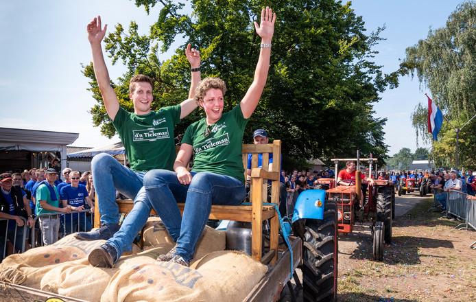 Voor cafe D'n Tieleman werd begin augustus de Tour Open Tractor-rit gestart door boerin Steffi en boer Roel. Ze rijden een stukje mee in op de bank in een open bak.