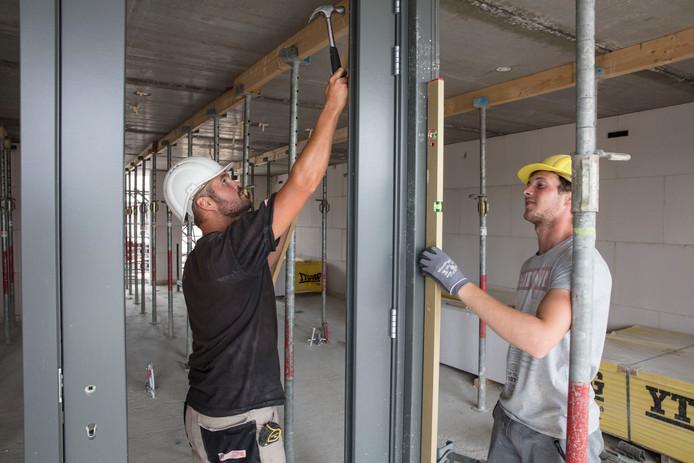 Nu de economie weer groeit, is er een tekort aan bouwvakkers. Op de foto een bouwproject in Helmond.