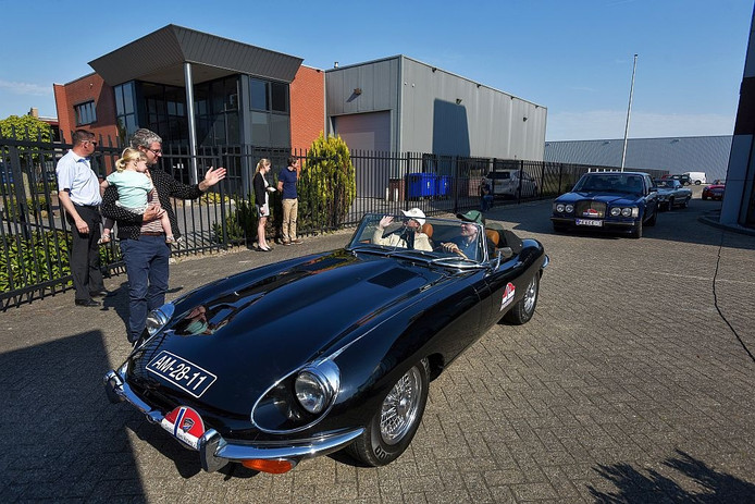 Klassiekers vertrekken bij Lex Classic Cars in Waalwijk voor rally naar Noorwegen.