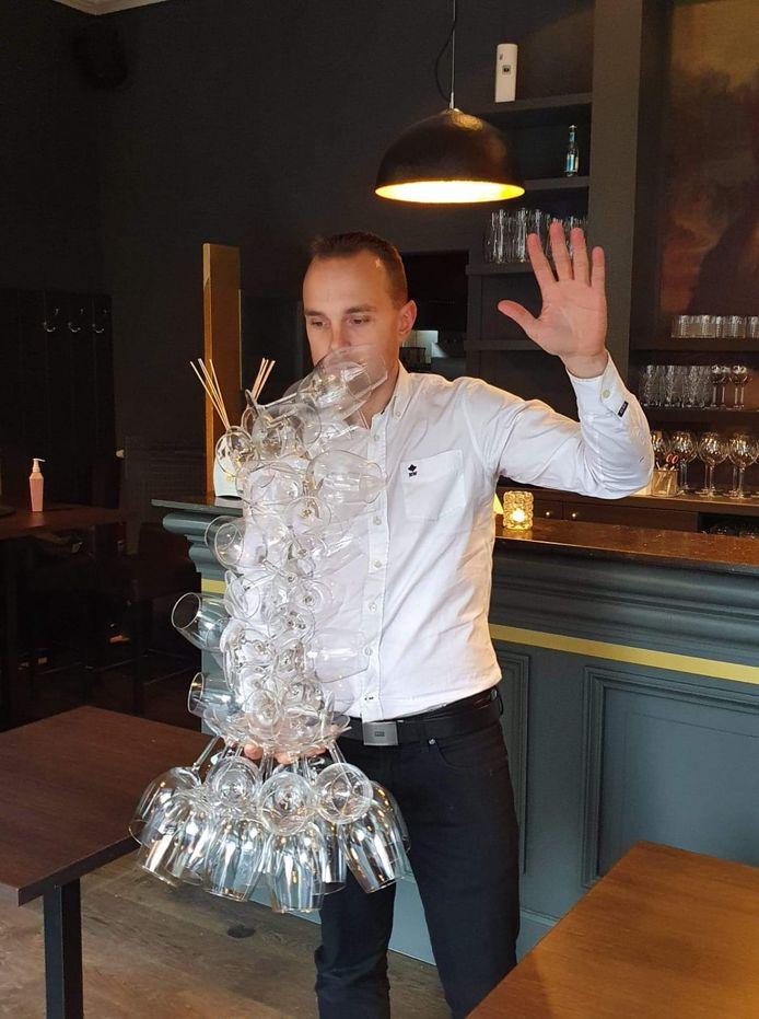 40 glazen! Het is Sebastien Maes dan toch gelukt, in brasserie St.Medard nabij de Onze-Lieve-Vrouwekerk