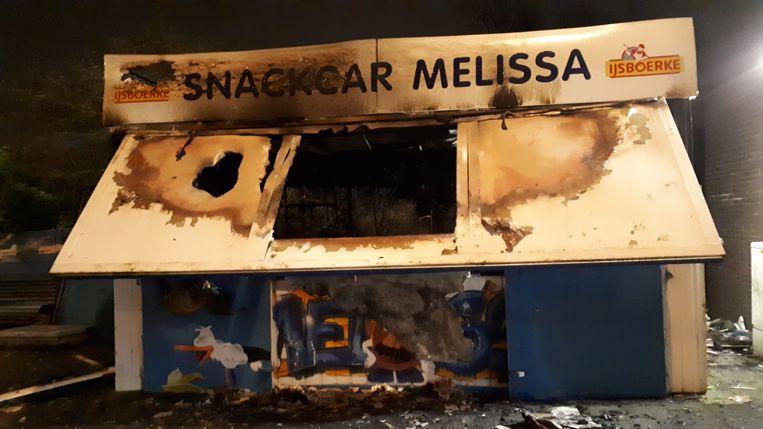 De zondagavond uitgebrande snackcar Melissa in Duindorp bij de keerlus van tram 12. Beeld Bart Dirks
