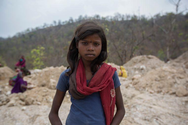 Fulmati Kumari (10) werkt in een micamijn in India. Ze is van school gehaald om haar familie te helpen bij de winning. Beeld Hollandse Hoogte / Redux Pictures