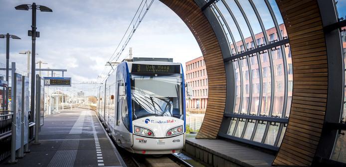 2018-02-04 10:34:14 DEN HAAG - Een tram rijdt over het spoor van de Randstadrail. ANP XTRA LEX VAN LIESHOUT