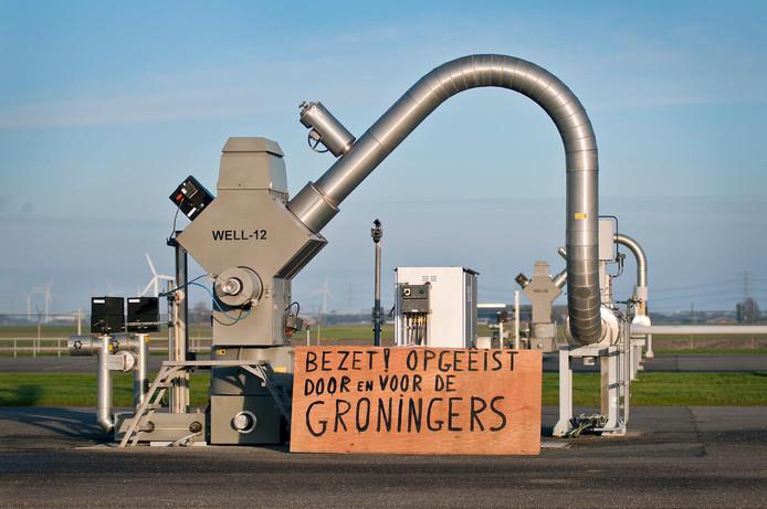 Actievoerders protesteren op een gaswinningslocatie van de Nederlandse Aardolie Maatschappij (NAM).