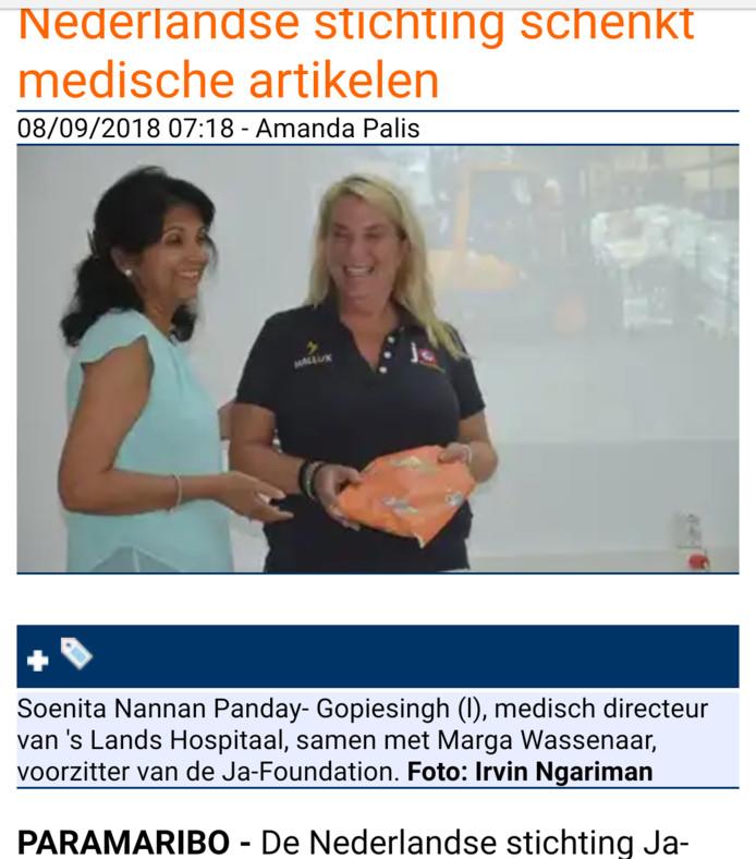 Marga Wasser (rechts) met naast haar de medisch-directeur van het Surinaamse ziekenhuis, in het artikel van De Waterkant