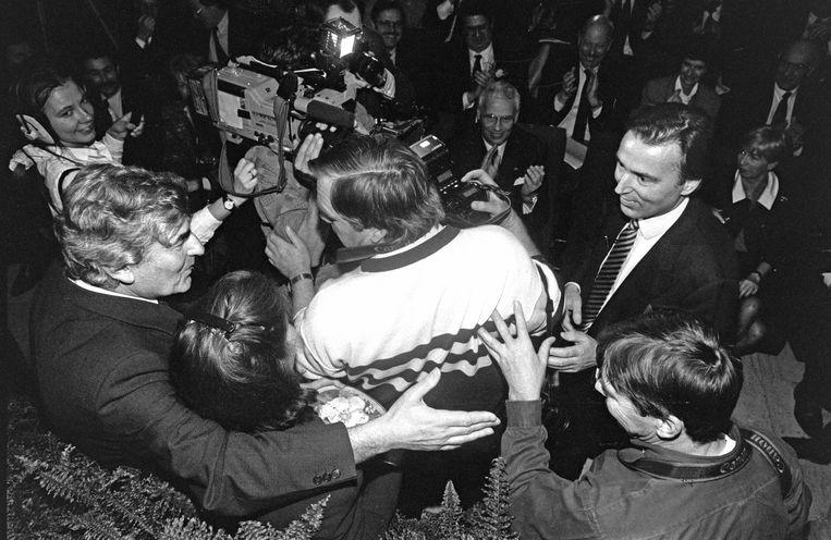 Achter de rug van een persfotograaf zoekt Ruud Lubbers de hand van Elco Brinkman, die op het CDA-congres in januari 1994 werd gekozen tot lijsttrekker.  Beeld Hollandse Hoogte/Bert Verhoeff
