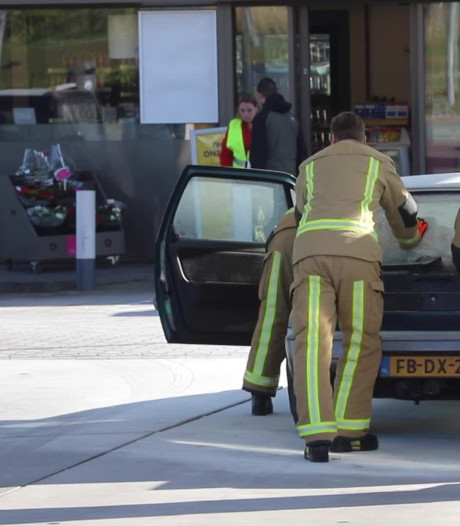 Oldtimer in brand bij Shell Rijswijk
