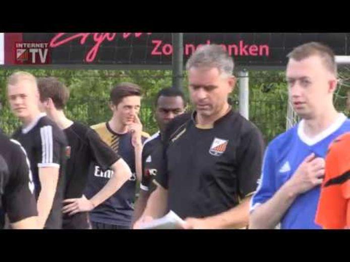 FC Zutphen heeft Mark Severin (tweede van rechts) voor nog onbepaalde tijd geschorst als trainer van het eerste elftal van de zondagtak.