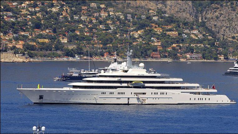 Het superjacht 'Eclipse' van Roman Abramovich voor de kust van Antibes. Het schip is te groot om in de haven zelf binnen te varen.