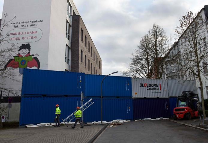 In de stad zijn barricades van containers opgeworpen