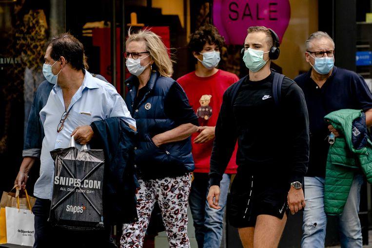 Mensen met mondkapjes in het centrum van Rotterdam. Beeld ANP