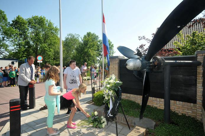 Een eerdere herdenking bij het WOII-monument in Bleskensgraaf.